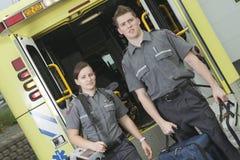 Paramedicuswerknemer met ziekenwagen in stock foto's
