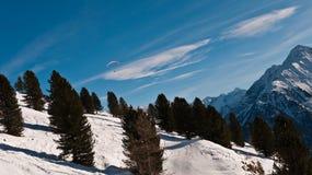 Paramilitar no céu contra um fundo das montanhas Foto de Stock