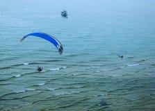 Paramotor über dem Meer Stockfoto