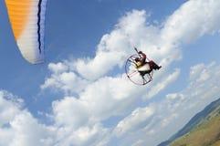 Paramotor auf blauem Himmel Stockbild