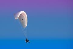 Paramotor dans un ciel coloré Image libre de droits