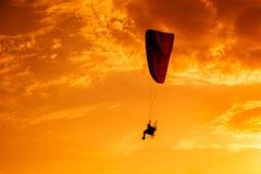 Paramotor-Fliegen auf dem Himmel bei Sonnenuntergang Stockfoto