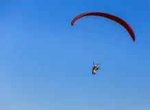 Paramotor-Fliegen auf Hintergrund des blauen Himmels Stockbild