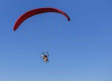 Paramotor-Fliegen auf Hintergrund des blauen Himmels Stockbilder