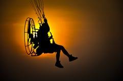 Paramotor im Sonnenuntergang Lizenzfreie Stockfotos