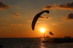 Paramotor på strandrayongen på solnedgången royaltyfri bild