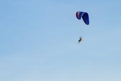 Paramotor, paracadute, volo di Paraglide nel cielo di tramonto Immagini Stock Libere da Diritti