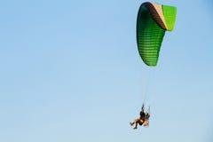 Paramotor, paracadute, volo di Paraglide nel cielo di tramonto Immagine Stock Libera da Diritti