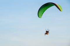 Paramotor, paracadute, volo di Paraglide nel cielo di tramonto Fotografia Stock Libera da Diritti