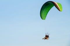 Paramotor, paracadute, volo di Paraglide nel cielo di tramonto Fotografie Stock