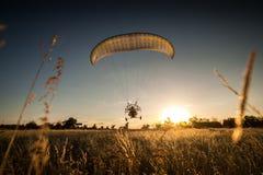 Paramotor, paraglider latanie/ Zdjęcia Royalty Free