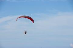 Paramotor som flyger över fälten i himlen Royaltyfri Bild