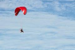 Paramotor som flyger över fälten i himlen Arkivbilder