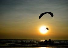 Paramotor som flyger över havet Arkivbild