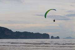 Paramotor vole au-dessus de la plage photo stock