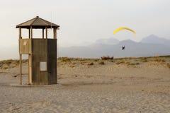 Paramotoring over het strand Royalty-vrije Stock Foto's
