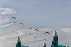 Paramotors com fumo colorido arrasta na parada na praia Imagens de Stock Royalty Free