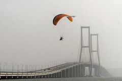 Paramotors an Suramadu-Brücke Lizenzfreie Stockfotografie