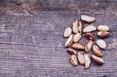 Paranüsse auf dem alten hölzernen Hintergrund Stockfotografie