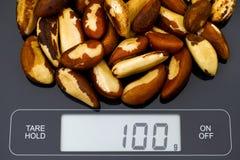 Paranüsse auf digitaler Skala Stockfotografie