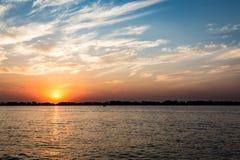 Parana River på solnedgången, Brasilien Gräns av Sao Paulo och Mato Gro Arkivbilder