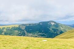 Parang-Berge in den Wolken, in den Hügeln mit grünem Gras und in den Felsen Lizenzfreie Stockbilder