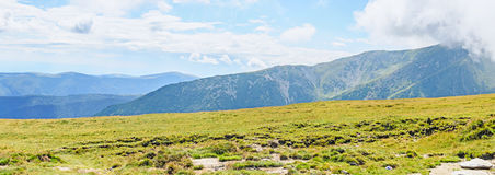 Parang-Berge in den Wolken, in den Hügeln mit grünem Gras und in den Felsen Stockfotos