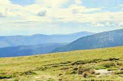 Parang-Berge in den Wolken, in den Hügeln mit grünem Gras und in den Felsen Lizenzfreie Stockfotografie