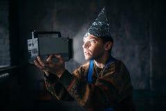 Paranoiczny mężczyzna w tinfoil nakrętce, umysł ochrona, UFO obrazy royalty free