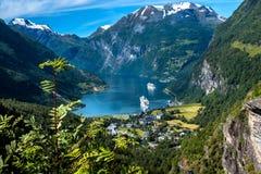 Paranomic sikt av den Geiranger fjorden från Flydalsjuvet utkikpunkt i sommar Fjorden är en av de mest besökte platserna i Norge arkivbilder