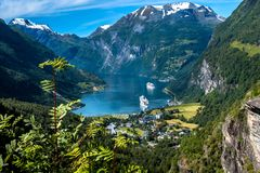 Paranomicmening van Geiranger-Fjord van Flydalsjuvet-vooruitzichtpunt in de Zomer De fjord is één van de meest bezochte plaatsen  stock afbeeldingen