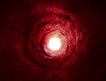 Paranormal. Tunnel rouge mystérieux à la lumière Photos libres de droits