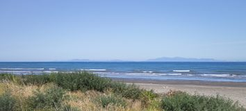 Paraparaumu海滩在Kapiti,惠灵顿,看横跨塔斯曼海对新西兰的南岛 库存照片