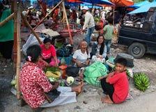 PARAPAT, INDONESIEN - AUGUST18,2012: Frauen und Jungenverkaufsgemüse Lizenzfreie Stockfotografie