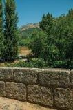 Parapeito de pedra da ponte romana em Portagem imagem de stock