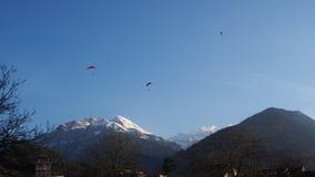 Parapendio con il parco di Interlaken del fondo della montagna della neve Fotografie Stock