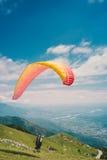 Parapendio in montagne sceniche Fotografia Stock Libera da Diritti