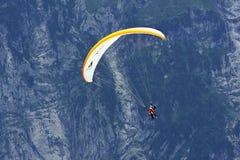 Parapendio nelle alpi, Grindelwald (Svizzera) Immagine Stock