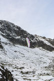 Parapendio nelle montagne Fotografia Stock
