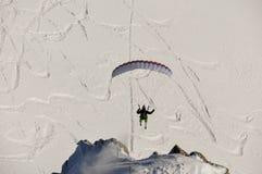 Parapendio nelle montagne francesi di Alpes a Chamonix-Mont-Blanc, Francia Immagine Stock