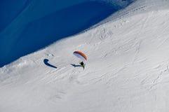 Parapendio nelle montagne francesi di Alpes a Chamonix-Mont-Blanc, Francia Fotografia Stock