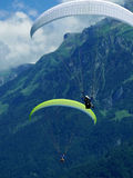 Parapendio, paracadute sopra la montagna Fotografie Stock