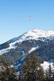 Parapendio sopra area di sci nelle alpi austriache Immagini Stock