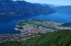 Parapendio sopra il lago Maggiore nel Ticino con Locarno e Ascon Fotografie Stock Libere da Diritti