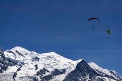 Parapendio sopra il massiccio di Mont Blanc nelle alpi francesi sopra Cham Immagini Stock Libere da Diritti
