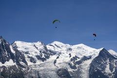 Parapendio sopra il massiccio di Mont Blanc nelle alpi francesi sopra Cham Immagini Stock