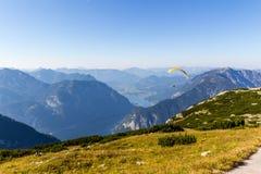 Parapendio sopra le alpi, montagna di Dachstein, Austria Fotografie Stock