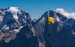 Parapendio sopra le montagne Immagine Stock Libera da Diritti