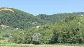 Parapendio sopra le montagne alla valle archivi video