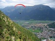 Parapendio vicino ad Interlaken, Svizzera Fotografia Stock Libera da Diritti
